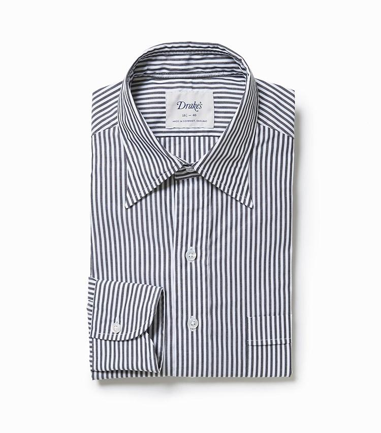 <p><strong>4.ドレイクスの別注ストライプシャツ</strong><br /> ファッション通の間で注目高まるドレイクス。こちらは墨黒のようなトーンのブラックストライプが新鮮。主張が強すぎず、肌馴染みも良い。2万4000円(ビームス 六本木ヒルズ)</p>
