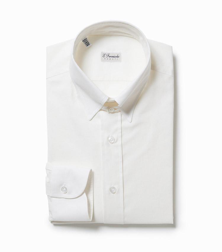 <p><strong>5.エリコ フォルミコラのタブカラーシャツ</strong><br /> 細身でもノンストレスな着心地に定評あるナポリのシャツ。襟元に小さなツマミが付属するタブカラーシャツは、ネクタイの結び目を持ち上げて襟元を引き締める効果あり。色は真っ白ではなく、アイボリーというのも新鮮だ。2万6000円(ビームス 六本木ヒルズ)</p>