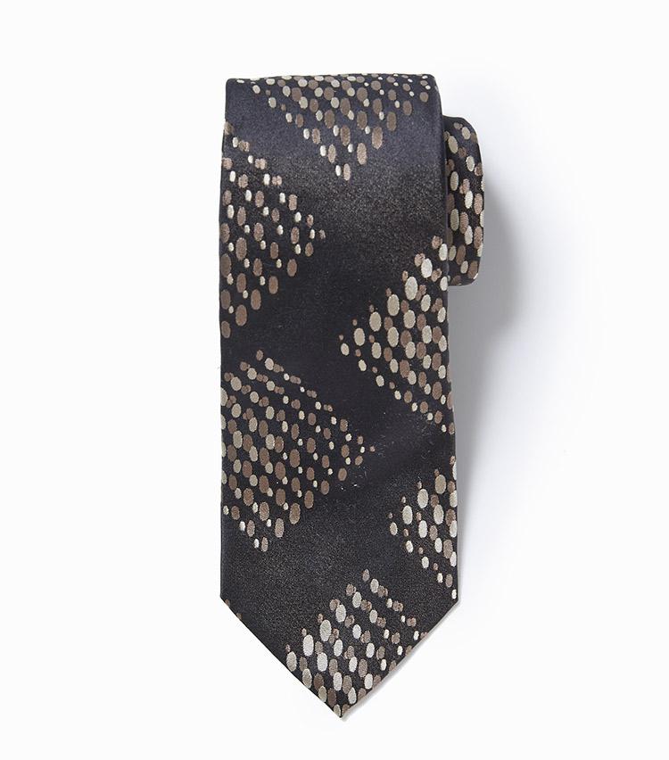 <p><strong>6.フランコ バッシの小紋柄ネクタイ</strong><br /> 人気継続中のヴィンテージ調ネクタイ。なかでもこんなサークル柄は、今季多くのブランドが提案している一大トレンド。プリントではなくジャカード織りでひと手間かけた柄も、胸元に違いを生む。1万6000円(ビームス 六本木ヒルズ)</p>