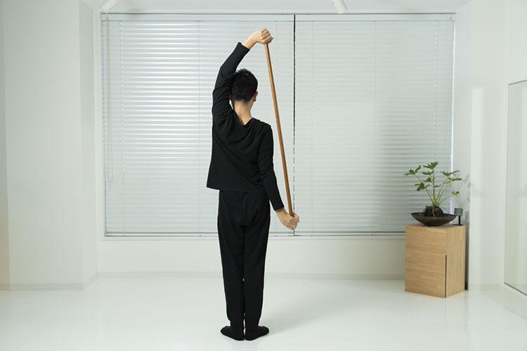 <p>右手を下へ、左手を上にしながら、棒を体の右側へ回す。</p>