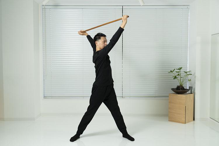 <p>右手を前に、左手を後ろに引くようにしながら、上体を捻じる。</p>