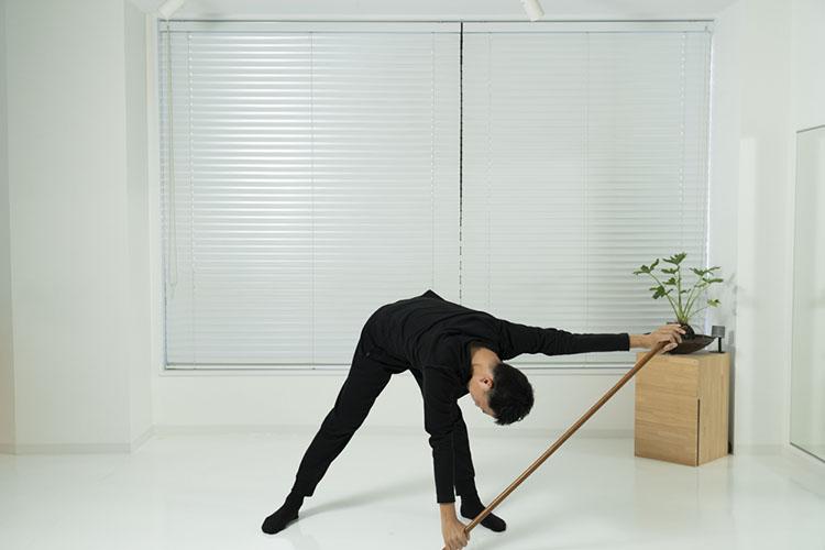 <p>右手を左足先につけるようにしながら前屈し、右手が右足先に、左手が左足先に来るようにスライドさせる。</p>