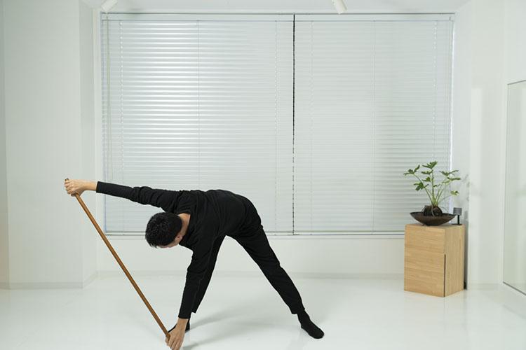 <p>そのまま、ヘソを中心点としながら上体を回して起こす。</p>