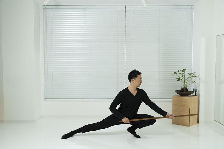 <p>そのまま腰の位置を変えずに、まっすぐに棒を突きながら、重心を左へ移動させながら、左膝を曲げて右足を伸ばす。これを12回繰り返す。股関節と内転筋(太ももの内側)が鍛えられる。</p>