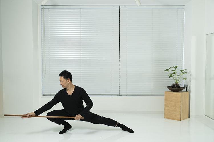 <p>そのまま腰の位置を変えずに、まっすぐに棒を突きながら、重心を右へ移動させながら、右膝を曲げて左足を伸ばす。</p>