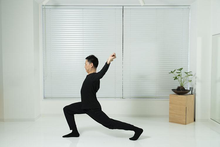 <p>腰の高さを変えずに、両手を上げて、頭の後ろまで反らす。左足の太ももの前からお腹へかけてストレッチをするような感じで。これを12回繰り返す。</p>