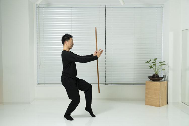 <p>脚を入れ替えて(左脚を前に、右脚を後ろに)、同じように繰り返す。</p>
