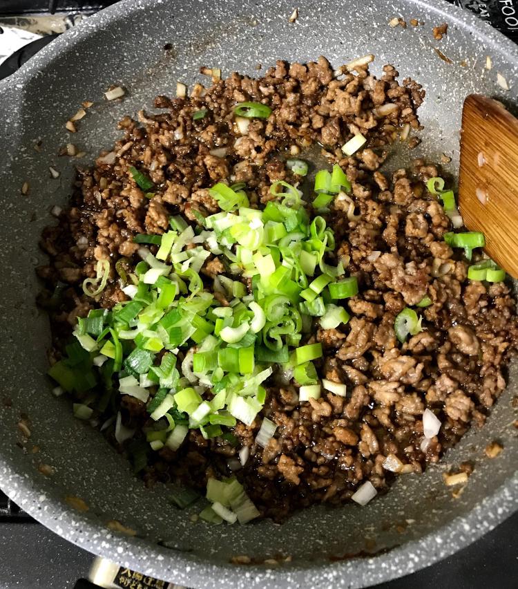 <p>4.玉ねぎも入れ、軽く炒めたら、酒大さじ1、甜麺醤大さじ1、醤油大さじ1、胡椒少々で味付けする。<br /> 長ネギを入れて……</p>