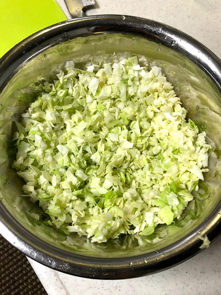 <p><strong>【作り方】</strong><br /> 1.キャベツは粗みじん切りにし、塩をして10分ほど置き、水気をよく絞る。絞り汁は取って置く。</p>