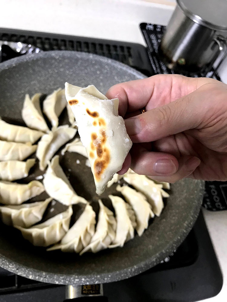<p>8.フライパンを火にかけ、油少量を引き、餃子を並べる。少し焼き目が付いたら……</p>