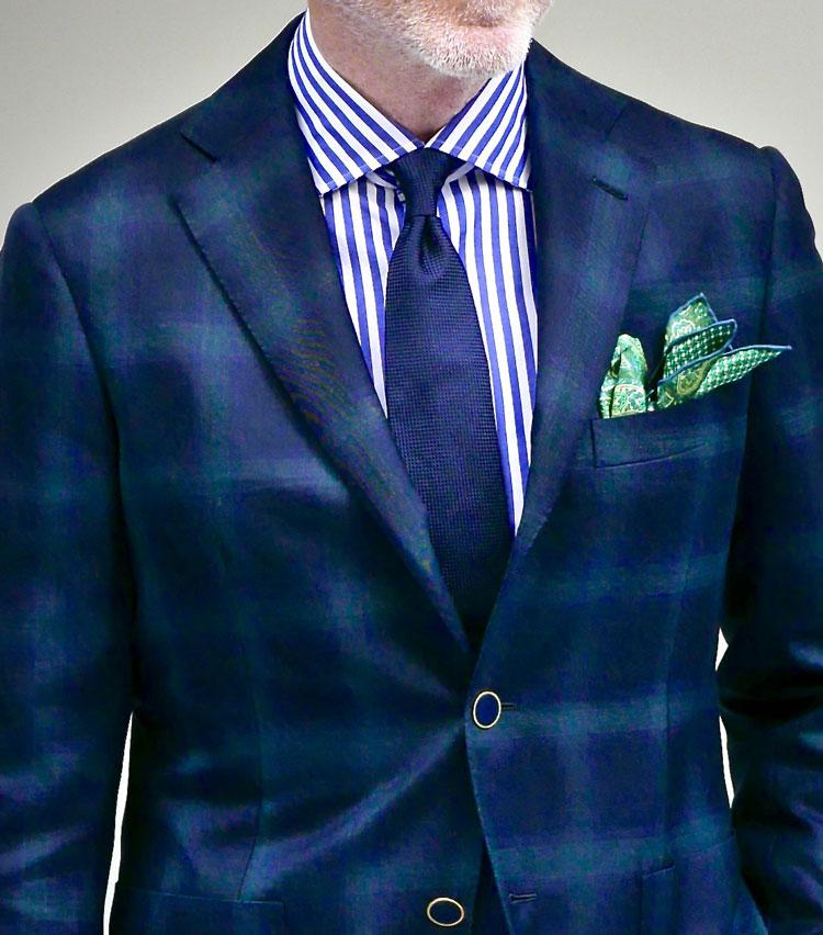 <p><strong>1.モダンな紺ジャケットは引き算が大事 </strong></p> <p>深みのある紺に淡いグリーンの配色がモダンな印象のウインドウペーン。ジャケットの甘さをメリハリの利いた青白ストライプシャツでキリリと引き締め、タイは紺無地でシックに決める。ジャケットとシャツに柄を使った分、タイは無地に留めるのが上品さの決め手だ。仕事後にはさりげなくポケットチーフを胸元に添えてポイントを作る。華やかな夜の気分がグッと盛り上がる。</p>