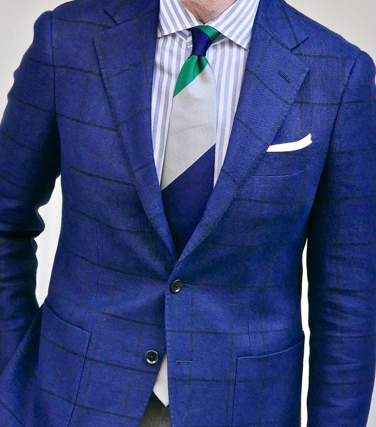<p><strong>2.ジャケット引き立つ淡色コーデ</strong></p> <p>春らしいやや明るいネイビーに、濃紺の細いペーンが入ったジャケット。サックスブルー×白が爽やかなストライプシャツには、縞の幅が広いストライプタイで落ち着きを加える。ノット部分のグリーンが差し色として効いて、表情もグッと華やぐ。TVフォールドで白チーフを胸元に添えてあげれば、好感を持たれそうな春らしいクリーンなビジネススタイルに仕上がる。</p>