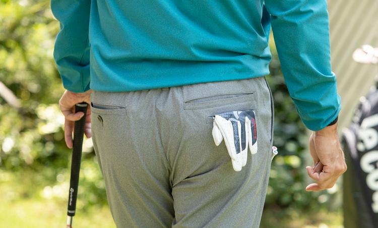 """<p><strong>バックポケットも充実!</strong><br /> パンツにはゴルファー2万人のアンケートを基に開発した、""""ゴルファーズ・ポケット""""を搭載。ヒップポケットは、パター時に外したグローブをしまうのに最適。スコアカードもすっぽり収まるサイズ感だ。</p>"""