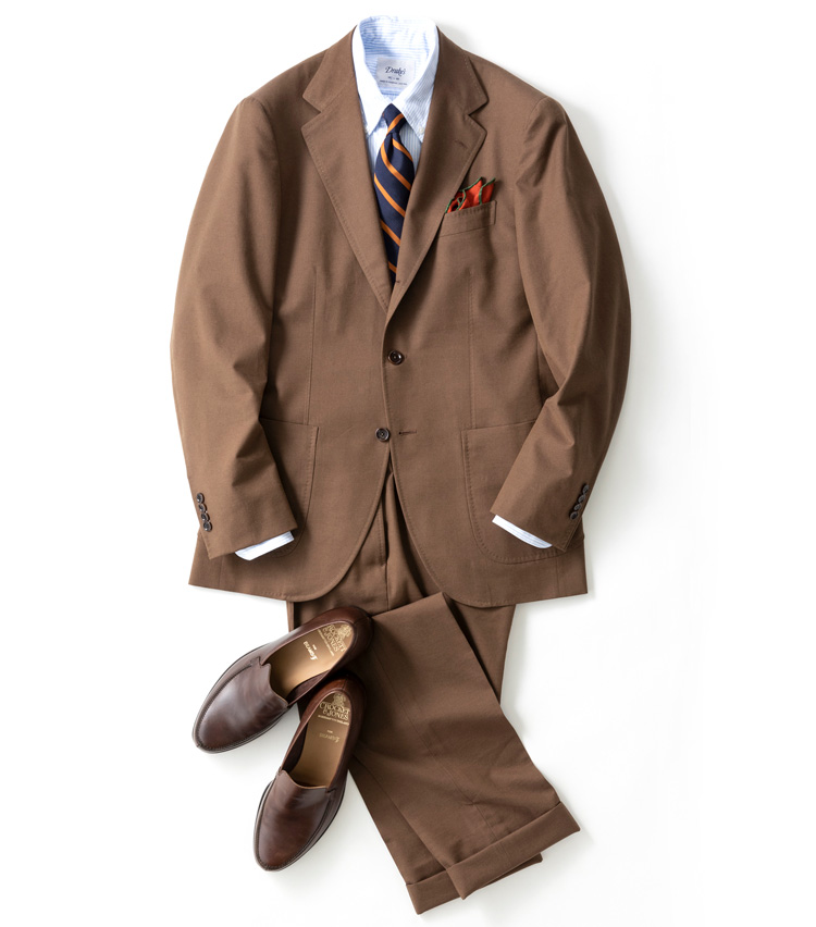 <p><strong>60年代の雰囲気漂うフランクなトラッドスタイル</strong></p> <p>ウールが混紡された、冬に最適なコットンウールのギャバジンスーツのコーデ。ブラウンのカラーリングによる<br /> スポーティな雰囲気と、コットンスーツによる60年代アメリカンなスタイルがミックスされている。<br /> <small>スーツ9万4000円/ビームスF、シャツ2万4000円/ドレイクス、タイ1万5000円/ブリューワー、チーフ6000円/フマガッリ、靴7万9000円/クロケット&ジョーンズ(ビームス 六本木ヒルズ)</small></p>