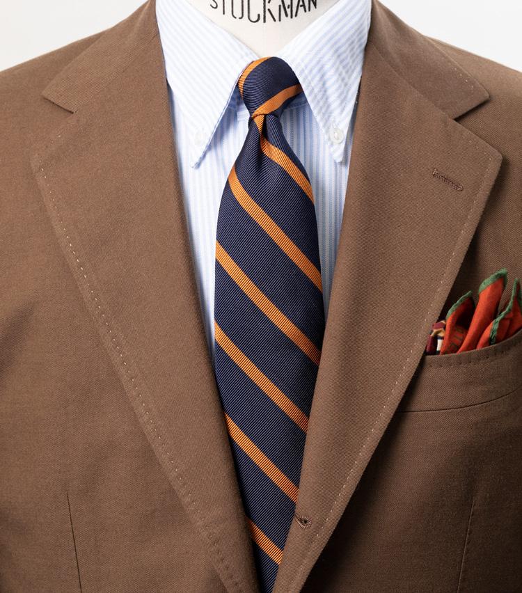 <p><strong>オレンジの色合いも個性的</strong></p> <p>シルクタイのオレンジ色が着こなしのアクセントに。他のブランドとは一味違う色の出方だと、西口さんも特に注目するカラーだ。</p> <p><a class=