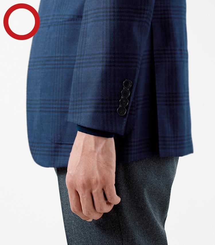 <p><strong>ジャケットの袖はスーツ同様長すぎ注意<br /> 手首の骨の突起に少しかかる程度</strong><br /> スーツ同様、ジャケットスタイルの上着の袖口は手の甲を覆うほど長くなりすぎてはいけない。袖口の目安は手首の骨の突起に少しかかる程度。インナーが長袖の場合は、ビジネスシャツと同じくインナーの袖口を少しのぞかせるとよい。</p>