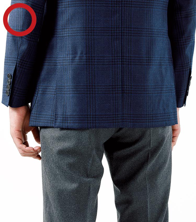 <p><strong>JKが短すぎると幼い印象に<br /> JKの丈もお尻が隠れるのがセオリー</strong><br /> ジャケットスタイルは、スーツよりも、軽快な雰囲気が持ち味。とはいえ、大人の品位も必要なので、着丈は短すぎないよう注意。ヒップが5分の4程隠れるのが目安。</p>