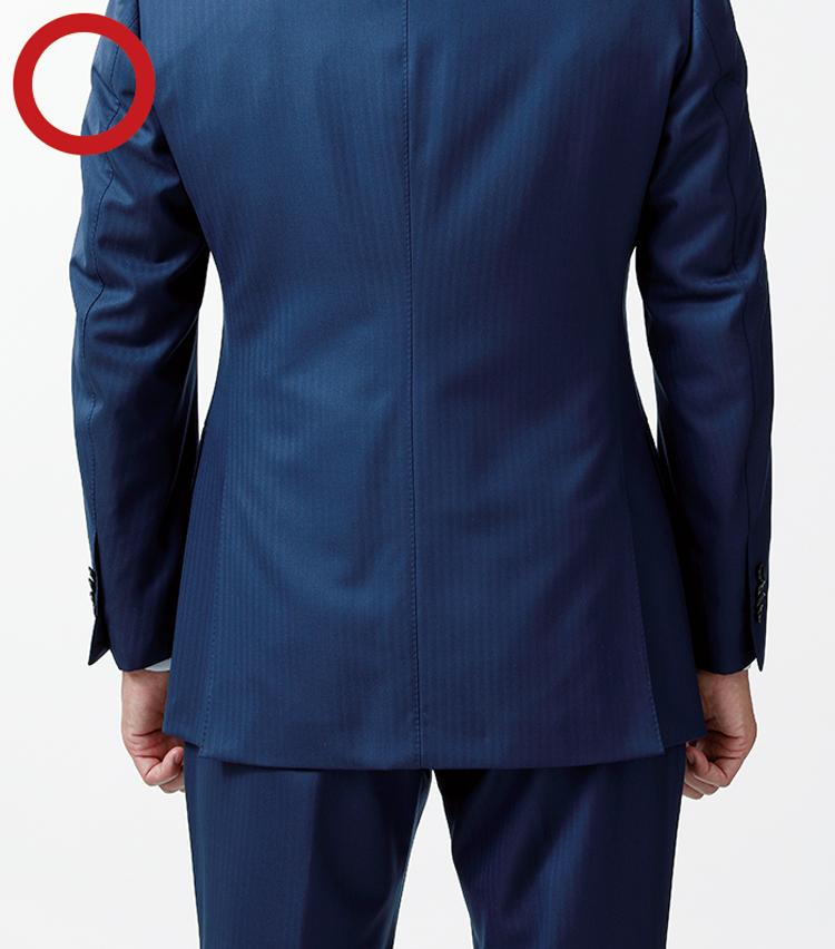 """<p><strong>ちなみに…<br /> JKはスーツよりも""""やや短め""""の丈感もOK</strong><br /> この写真はスーツ時の正解の丈感。ジャケットスタイルでは、スーツ時より3cm程短い丈も許容範囲だ</p>"""