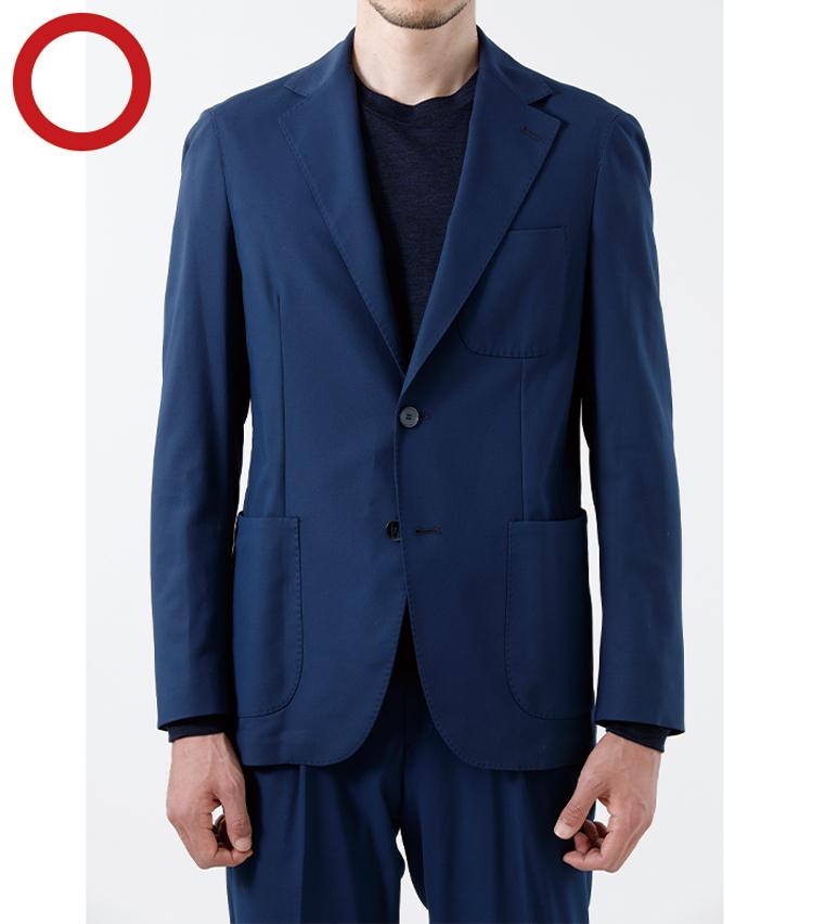 <p><strong>ストレッチ系セットアップはタイトすぎに注意<br /> 落ち感のあるゆとりが◎</strong><br /> 最近増えているのがストレッチ素材を使用したジャケット。スーツよりも軽快なものゆえ、多少のタイトフィットは許容される。が、いくら快適でもピッタリしすぎるのはやはりNG。自然なゆとりが大人っぽく着るベストと心得ておきたい。</p>
