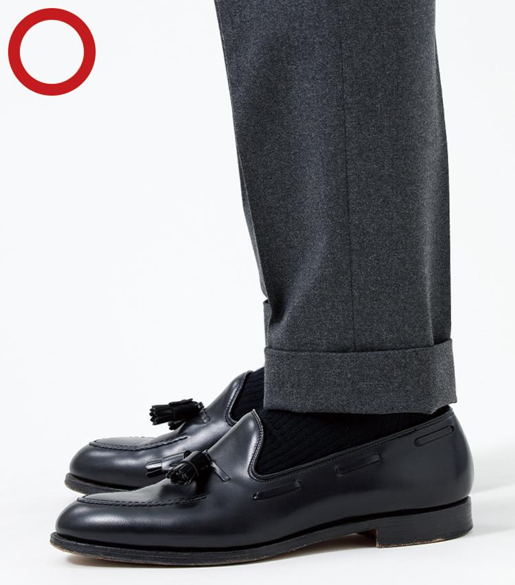 <p><strong>ボトムスはスマートさの象徴!<br /> 足の上でたるまずストンと落ちるくらい</strong><br /> 時代とともに変化するパンツの裾幅。いまは裾幅が細くなっているので、足元で生地がもたつかない長さが理想とされる。</p>