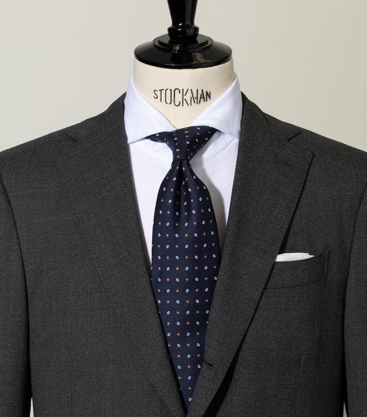 """<p><strong>襟開きの広いシャツに「セミウィンザーノット」の選択肢はありか?</strong><br /> 襟の角度の広いシャツには""""セミウィンザーが良い""""という話もあるが、軽やかさを楽しむ今の感覚には重く映ってしまう。プレーンノットが綺麗にきまるレギュラーやセミワイドの襟開き加減が安心だ。<br /> (プレーンノットの結び方を詳しく見たい方は<a href="""