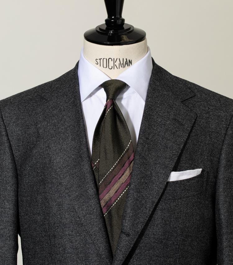 <p><strong>[芯なし]</strong><figcaption>スーツとシャツは左と同じ タイ3万3000円/アット ヴァンヌッチ(レガーレ)</figcaption>