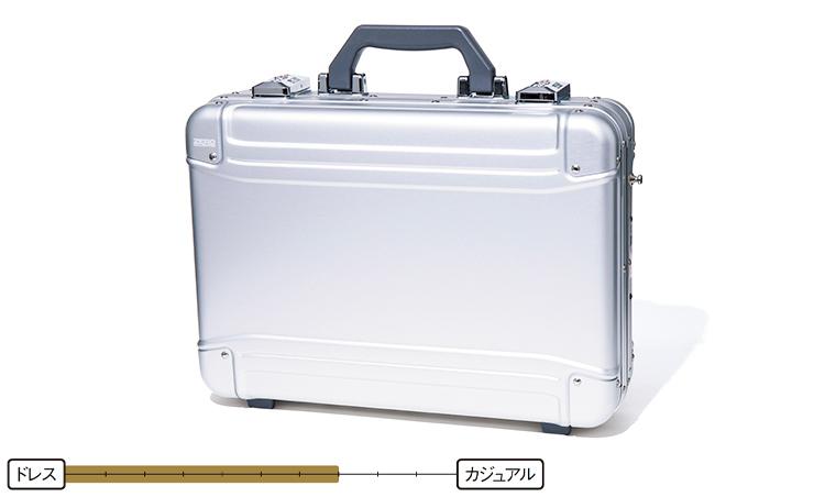 <p><strong>アタッシュケース</strong><br /> 見た目や取り出す動作がクールで、ブリーフケースとはひと味違うデキる男を演出できる。スーツはもちろん、カジュアルすぎないビジカジ向きの鞄と言える。8万8000円/ゼロハリバートン(阪急メンズ東京)</p>