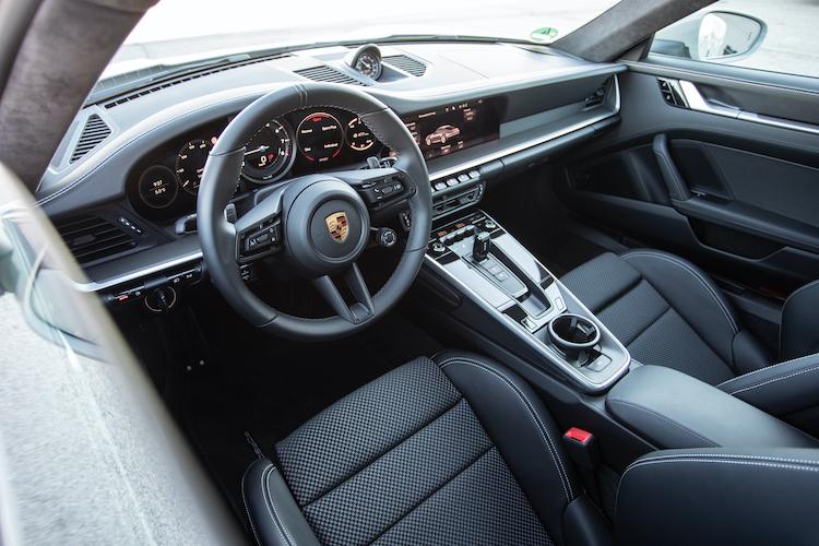 <p>運転席回りは新しいデザインに変更された。伝統の5連メーターも中央のエンジン回転計以外は液晶パネルで表示され、各種情報も表示可能となっている。</p>