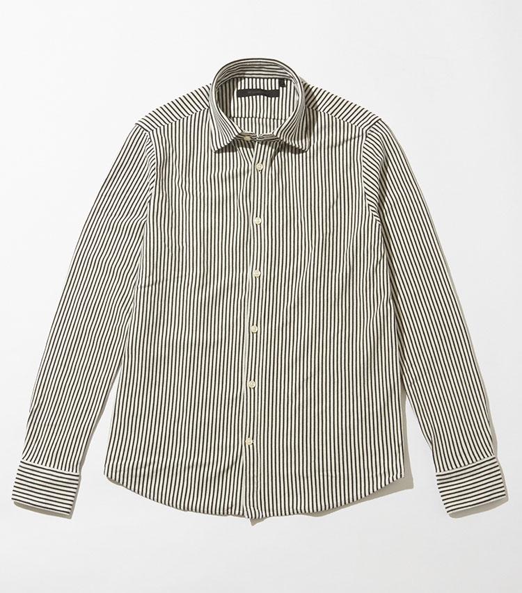 <p><strong>DESIGNWORKS/デザインワークス</strong></p> <p><strong>裾を出して、自宅での寛いだ着こなしに◎</strong></p> <p>厚手で高級感のあるコットン鹿の子素材を使用した、細めの紺色×太めの白色のストライプ柄が特徴的なシャツ。ボディがややタイトシルエットになっているので、程よいドレッシーさも保たれている。ジャケットに合わせやすいセミワイドカラーなのも魅力。「着丈が少し短めなのと程よくタイトなので、裾を出してリラックスしたコーデにも良いかと。裾出しがサマになるのは、リラックス感も欲しい在宅での着こなしに最適ですね」(四方さん)1万9000円 </p> <p><a class=