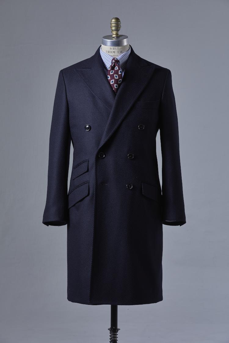 <p><strong>チェスターコート</strong><br /> ドレススタイルの王道であるチェスターコート。自身のジャストなサイジングで着れば、よりドレス感を高めることができる。ダブルだけでなく、汎用性の高いシングルも仕立てられるので、お好みでオーダーしても良いだろう。</br><br /> オーダー価格/シングル5万5000円〜、ダブル6万円〜 </p>