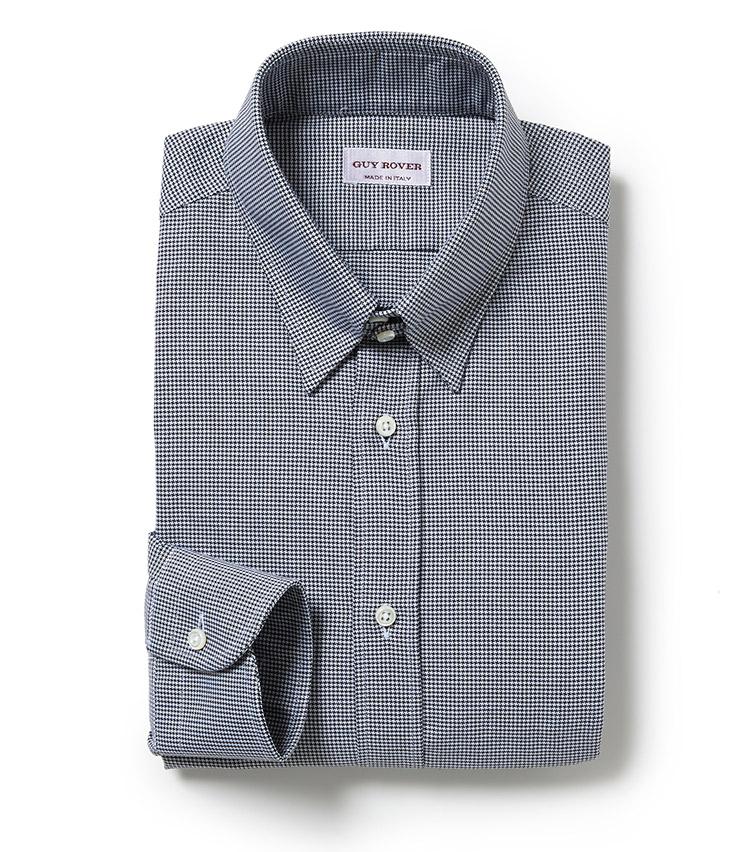 <p><strong>GUY ROVER</strong><br /> いつもの装いに変化をつけられるタブカラーのドレスシャツ。丁寧なステッチワークにより実現する、耐久性と美しいスリムシルエットが魅力だ。「立体的なVゾーンを生み出すタブカラーはスタイリングをエレガントに演出。装いに少し捻りやギミックを効かせたい方にオススメしたい、ブラックのハウンドトゥース柄生地を採用したモダンな印象のタブカラーシャツです」。2万5000円(ビームス 六本木ヒルズ)</p>