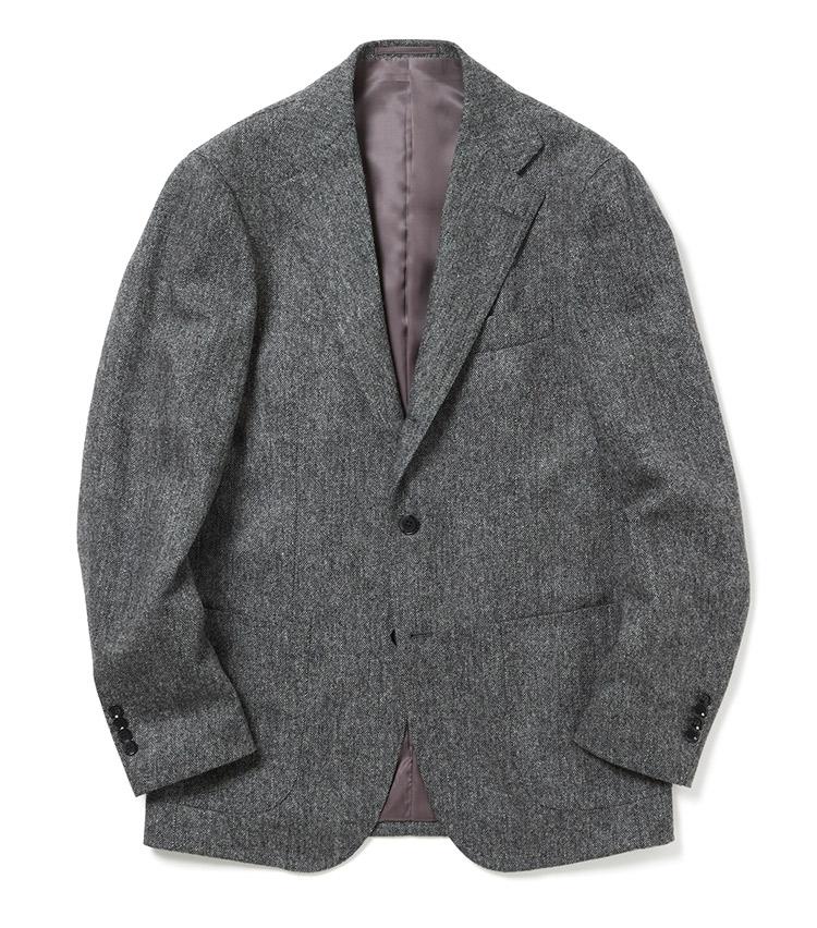 <p><strong>リングヂャケット</strong><br /> イタリア製の生地らしい、絶妙な風合いが特徴のミディアムグレーのジャケット。テーラードの構築感をキープしつつ、アンコン仕様によるストレスのない快適な着用感が魅力だ。段返り3ボタン仕様、サイドベンツのディテール、パッチポケットなど、クラシックとカジュアルの中間的なデザインが魅力的なアイテム。「Di.Pray社の生地を使用しており、そのフェミニンでしなやかな風合いは必見! リングヂャケットのパターンを使用し、生地をオーダーした別注品で、タイドアップはもちろん、ニットの上から羽織るだけでもサマになります」。8万円(ナノ・ユニバース カスタマーサービス)</p>