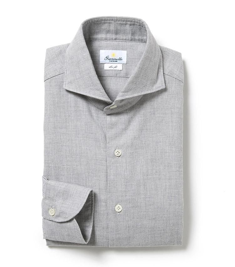 <p><strong>ジャンネット</strong><br /> ジャンネットお得意のカッタウェイカラーが特徴の長袖シャツ。厳選した素材やハンドメイドの仕立てはもちろん、秋らしいコットン素材をベースに奥行きのある織りと色調により季節感漂う印象に。「トップス一枚で独特のシルエットの美しさを堪能したり、ジャケットスタイルのはずしとして加えても。程よい起毛感もあり、秋冬シーズンの着こなしのワンポイントに最適!」。2万5000円(ナノ・ユニバース カスタマーサービス)</p>