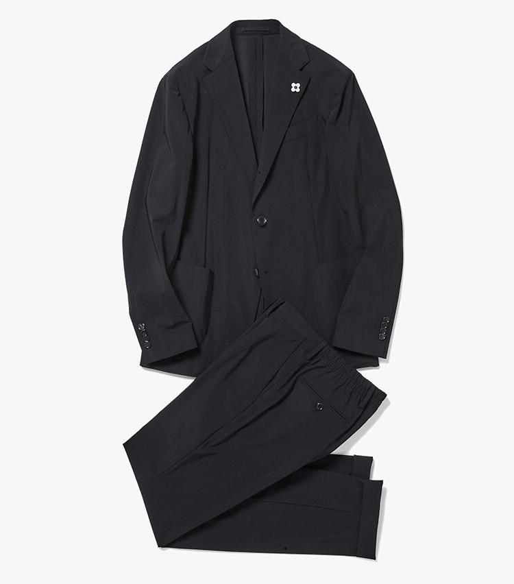 <p><strong>2.ラルディーニのブラックスーツ</strong><br /> 軽くてストレッチ性抜群なナイロン×ポリウレタンのイージースーツは、防シワ性や吸湿性、速乾性にも優れ、テレワークや通勤、休日にもマルチに対応。付属の収納袋に畳んでしまえるパッカブル仕様も出張や旅行に便利。12万4000円(ストラスブルゴ)</p>
