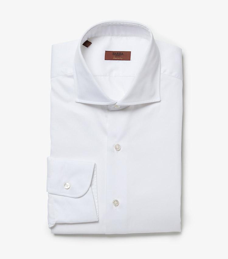 <p><strong>4.バルバのシャツ</strong><br /> ディテールの隅々まで細やかに計算された逸品シャツ。上品な小ぶりボタン、襟元の立体感、胸元を開けたときの襟の広がり方まで、一度袖を通せば品質の良さを実感できるはず。3万3000円(ストラスブルゴ)</p>