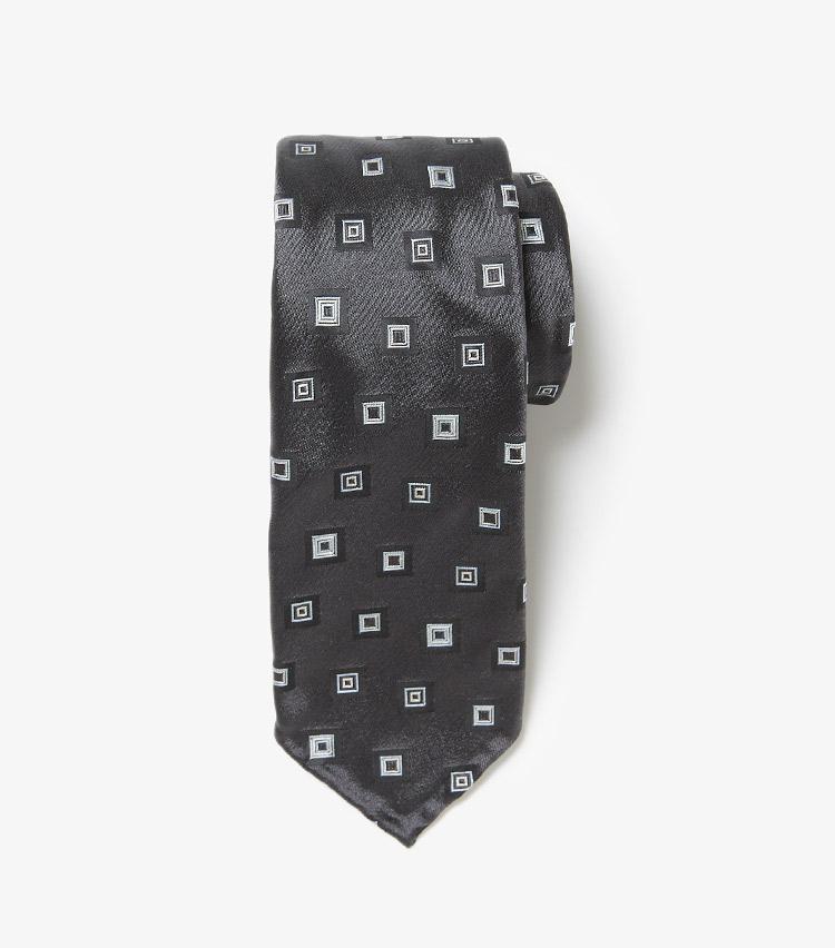 <p><strong>5.セブン フォールドのネクタイ</strong><br /> 上質なジャカード生地を一本ずつ手縫いで仕上げる、工芸品のようなネクタイ。生地を7つに折ったセッテピエゲ仕様なので、結ぶとスカーフのようにふっくらエレガントな雰囲気になる。3万4000円(ストラスブルゴ)</p>