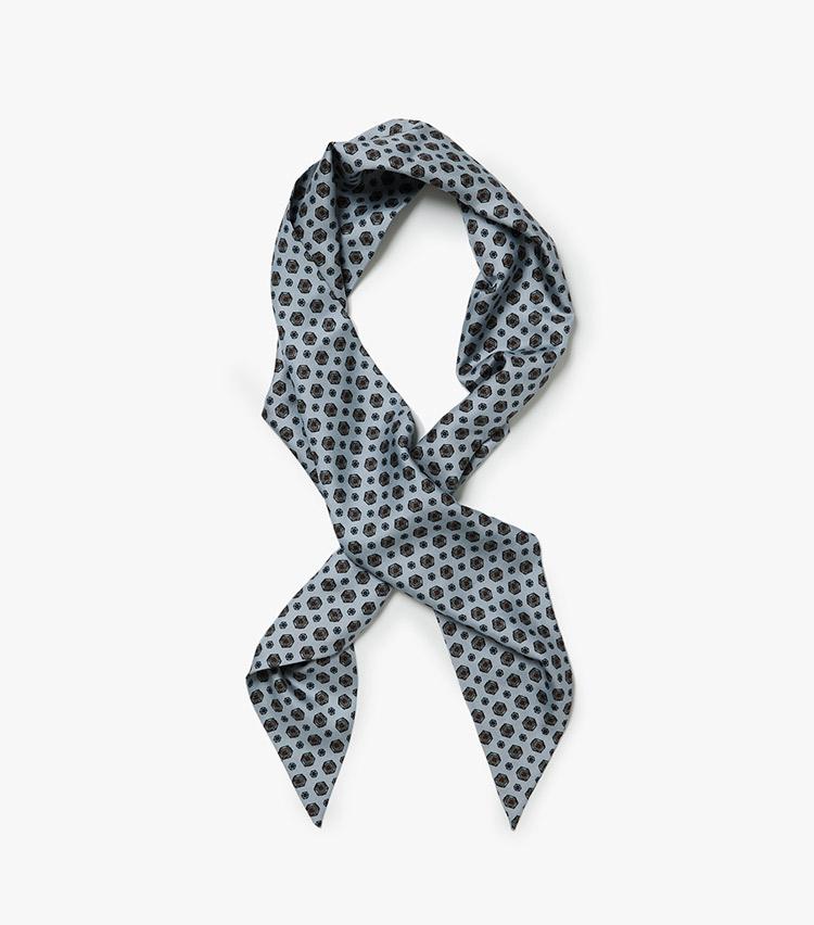 <p><strong>10.セブン フォールドのスカーフ</strong><br /> 細長い台形型のシルクスカーフは、シックな小紋柄がネクタイ感覚。スカーフが苦手でも気軽にトライできる。今回は日曜日のコーディネートで、クルーネックニットの首元に添えた。136×20.5cm。2万円(ストラスブルゴ)</p>
