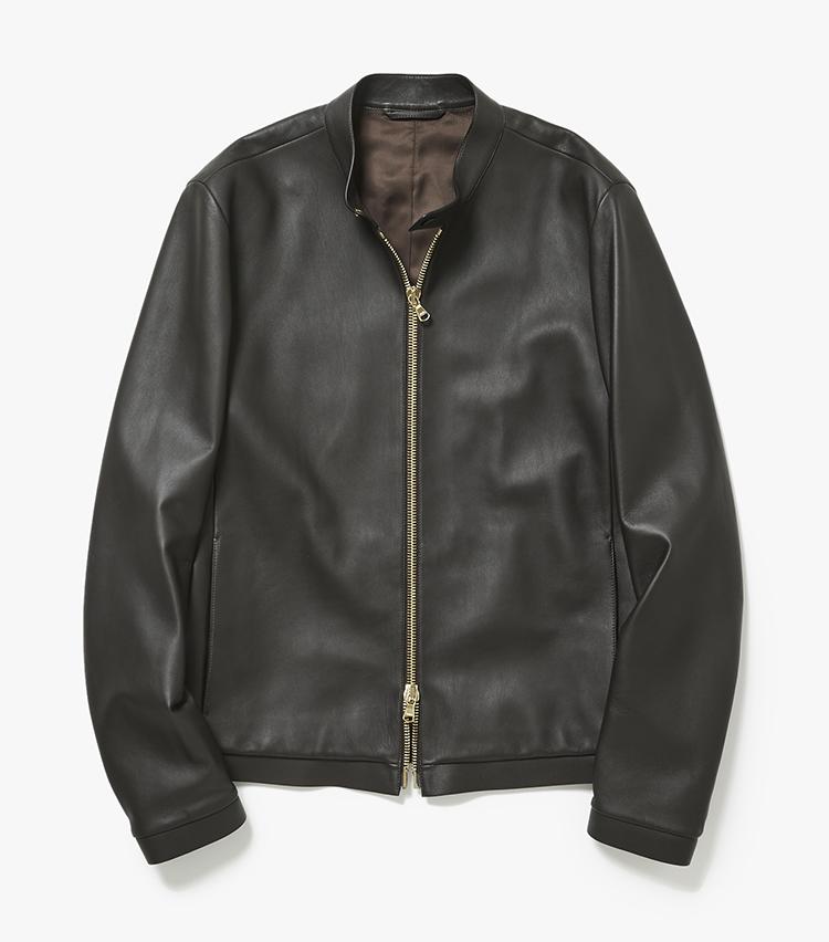 <p><strong>13.1945 CAのシングルライダースジャケット</strong><br /> ライダースは良品を見つけたときが更新どき。イタリアのレザーファクトリーが手掛けるオリジナルブランドの人気モデルは、しっとり滑らかなラムレザー製で袖を通した瞬間から柔らかさを実感できる。18万円(ストラスブルゴ)</p>