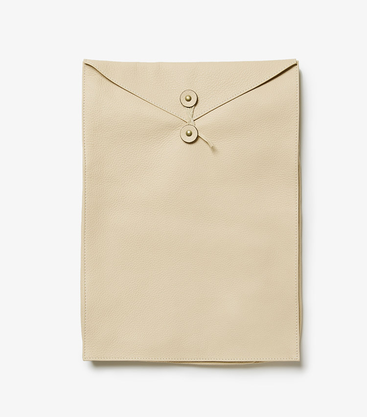 <p><strong>16.シセイのクラッチバッグ</strong><br /> 封筒型のレザークラッチバッグは、書類やタブレットの収納、バッグ・イン・バッグとしても活躍。とても柔らかい革なので、くるくると丸めての使用も可能だ。W25×H36×D3cm。4万2000円(ストラスブルゴ)</p>