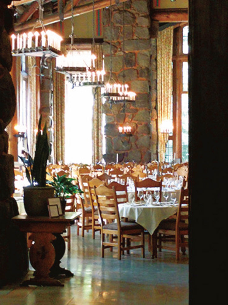 高さ10mの天井から下がる錬鉄のシャンデリアが豪華なアワニーホテルのダイニングルーム