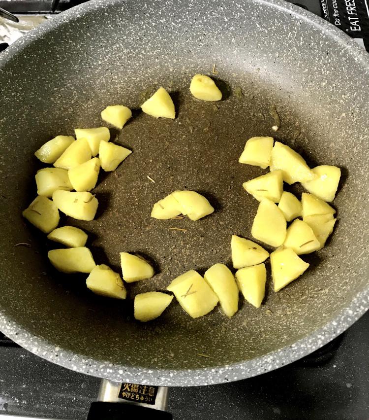 <p>4.フライパンにオリーブ油大さじ1と軽く潰したニンニクを入れ、火にかける。<br /> ニンニクの香りがしてきたらジャガイモを入れ、ローズマリーを加える。</p>
