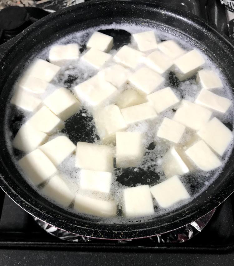 <p>2.豆腐は2cmの角切りにし、塩少々を入れた熱湯で2〜3分茹で、ざるにあげておく。</p>
