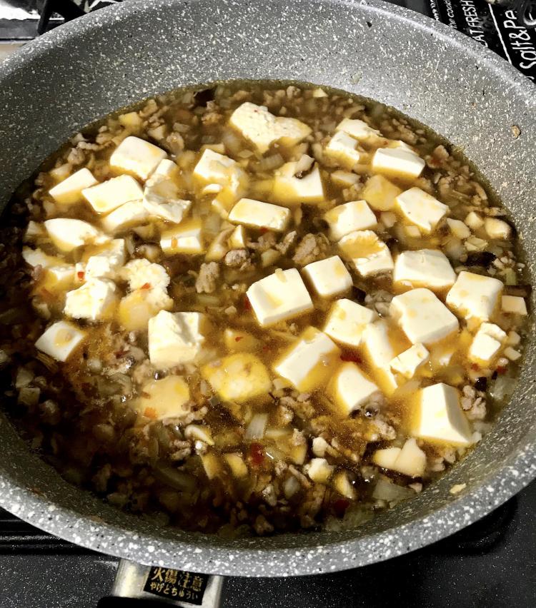 <p>6.野菜がしんなりしてきたら、水2カップ、酒、醤油各大さじ1、鶏がらスープ小さじ1、砂糖大さじ半分、オイスターソース少々を入れ、煮たったら豆腐を投入。</p>