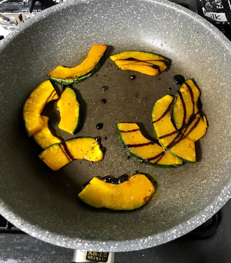 <p>5.焼き目が付いたら、塩、胡椒をし、火を止めてバルサミコ酢を大さじ1入れ、全体が馴染んだら完成です。</p>
