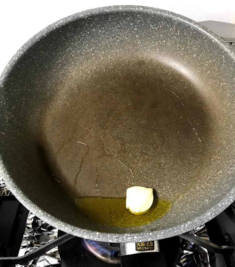 <p>3.フライパンにオリーブ油をやや多めに引き、潰したニンニクを入れ弱火にかける。</p>