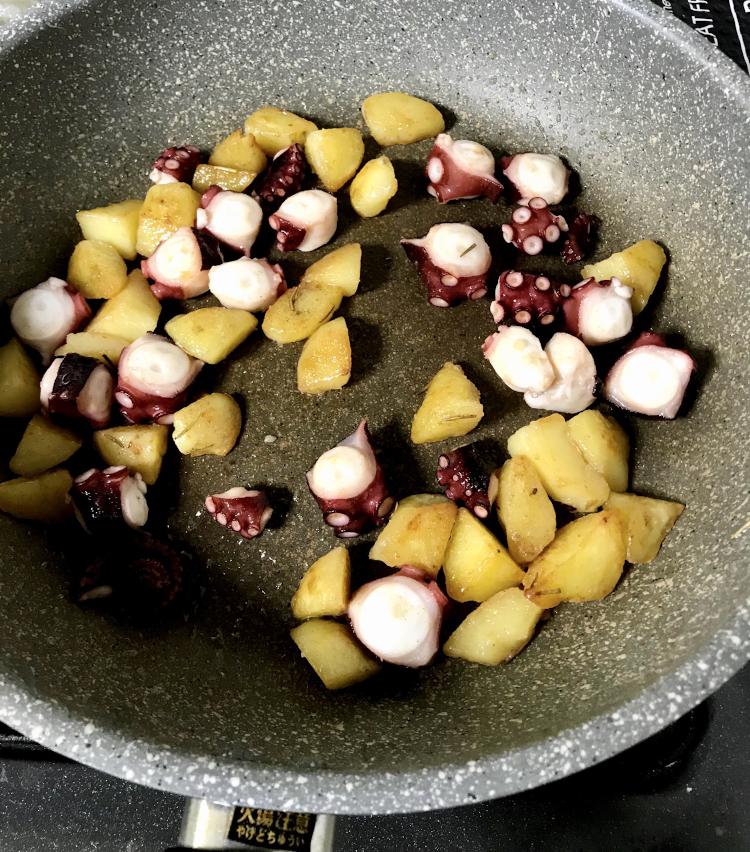 <p>5.ジャガイモに焼き目が付き、カリッとしてきたらタコを加える。</p>