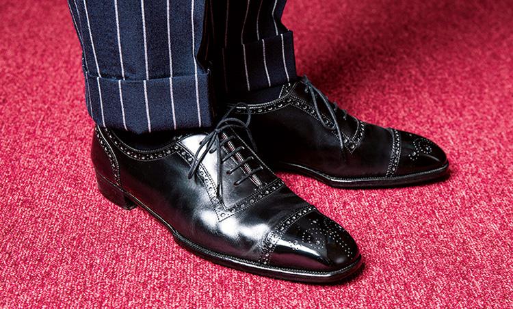 <p>伊勢丹時代の後輩で紳士靴のバイヤーだった奥様の影響もあり、靴にはこだわりが。「英国のグッドイヤーを選びます。これはジョージ クレバリーのフルビスポーク」</p>