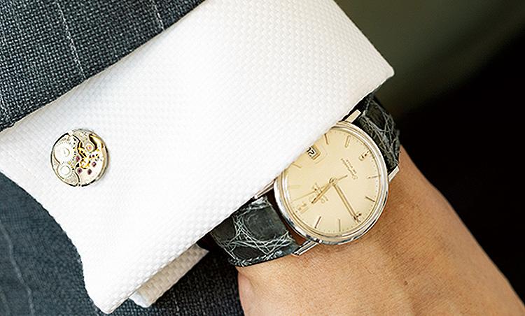 <p>'64年の自身の生まれ年のオメガの時計。それに合わせているカフリンクスも良く見ると時計の裏側のスケルトンモチーフ。</p>