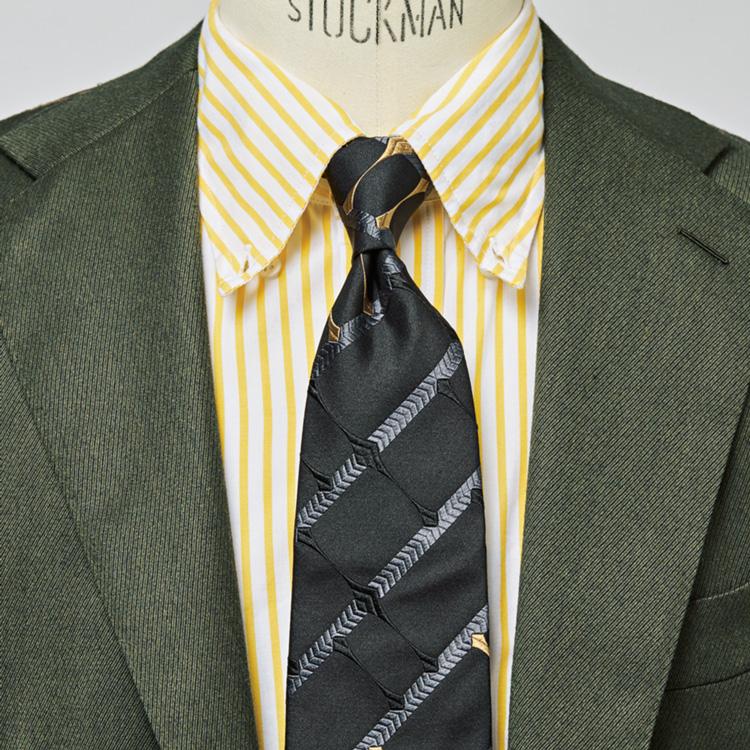 カラーシャツ×黒ネクタイで印象的な装いに【1分で出来る胸元お洒落】