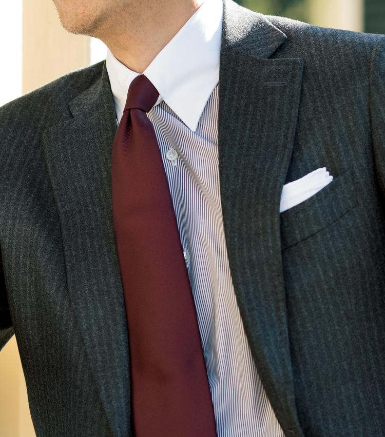 <p><strong>これまでにも提案してきた1.5柄の合わせ技</strong><br /> 起毛感のあるグレーのストライプスーツにボルドーのソリッドタイが、ストライプのシャツに映える。</p>